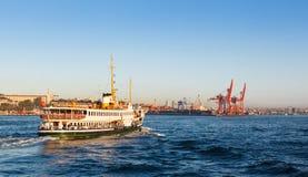 Veerboot van de te dokken pijler, 12 September, 2016 in Istanboel Stock Foto's