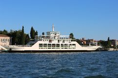 Veerboot voor het vervoeren van schepen in de Venetiaanse lagune dichtbij Ven Royalty-vrije Stock Afbeeldingen