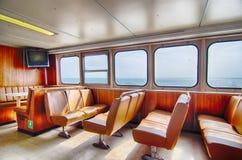 Veerbootcabine en rijen van zetels die uit het venster kijken Stock Afbeelding