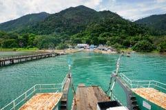 Veerboothelling, turkooise tropische overzees en veerbootpijler op tropisch Koh Chang-eiland in Thailand royalty-vrije stock foto