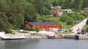 Veerbootmeertros en kust van fjord in Scandinavië Stockholm, Zweden stock footage