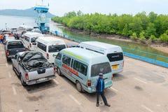 Veerbootschip voor passagiers en auto's in Thailand Stock Afbeeldingen