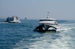 Veerbootverkeer op de Rivier van Theems royalty-vrije stock afbeeldingen