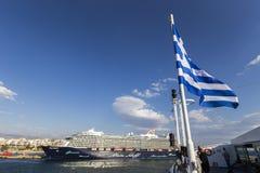 Veerboten, cruiseschepen die bij de haven van Piraeus, Griekenland dokken stock foto