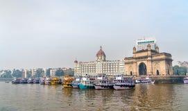 Veerboten dichtbij de Gateway van India in Mumbai, India stock afbeelding