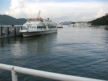 Veerboten dichtbij de pijler bij Ontdekkingsbaai worden gedokt, Lantau-eiland, Hong Kong dat stock afbeeldingen