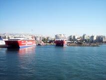 Veerboten die bij de haven van Piraeus/Griekenland dokken stock foto's