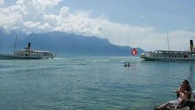 Veerboten die elkaar op Meer Genève overgaan stock footage