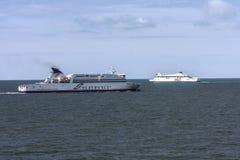 Veerboten kruising het Kanaal tussen Dunkirk en Dover Stock Foto's