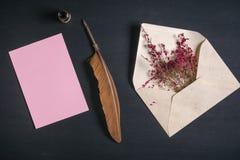 Veerpen en een document blad met een envelop Stock Afbeeldingen