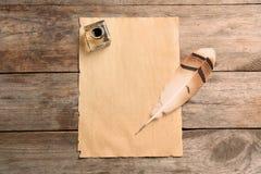 Veerpen, inktpot en leeg perkament op houten lijst, hoogste mening royalty-vrije stock foto