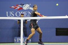 Veertien keer Grote Slagkampioen Rafael Nadal van Spanje in actie tijdens zijn openingsgelijke bij US Open 2015 Stock Fotografie