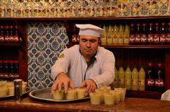 Vefa Boza饮料制造商的穿制服的职员运载饮料伊斯坦布尔土耳其 库存图片