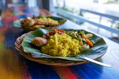 Vegan ή χορτοφάγος όψη πιάτων εστιατορίων πλάγια, καυτό πικάντικο ινδικό ρύζι στο κύπελλο Υγιή παραδοσιακά ανατολικά τοπικά τρόφι Στοκ εικόνα με δικαίωμα ελεύθερης χρήσης