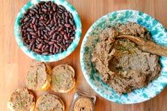 Vegan, υγιή τρόφιμα: κόκκινο πατέ φασολιών για ένα υγιές μεσημεριανό γεύμα στοκ εικόνες