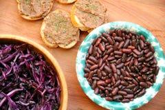 Vegan, υγιή τρόφιμα: κόκκινο πατέ φασολιών για ένα υγιές μεσημεριανό γεύμα στοκ φωτογραφία με δικαίωμα ελεύθερης χρήσης
