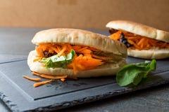 Vegan/вегетарианское ` s Gua Bao Тайваня сандвича плюшки хлеба пита с кусками и зелеными цветами моркови от Азии стоковое фото