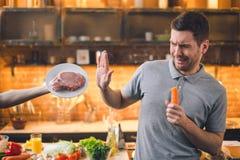 Vegan молодого человека отсутствие выбора мяса здорового стоковое фото