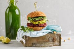 Vegan beet burger with vegetables, guacamole and rye bun with gr. Een smoothie. Healthy vegan food concept Royalty Free Stock Image