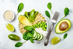Vegan, detox πράσινη συνταγή κύπελλων του Βούδα με quinoa, αβοκάντο, αγγούρι, σπανάκι, ντομάτες, mung νεαροί βλαστοί φασολιών, ed Στοκ Εικόνες