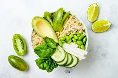 Vegan, detox πράσινη συνταγή κύπελλων του Βούδα με quinoa, αγγούρι, μπρόκολο, σπαράγγι και γλυκά μπιζέλια Στοκ φωτογραφία με δικαίωμα ελεύθερης χρήσης