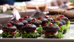 Шведский стол Vegan со здоровым канапе бургера гриба vegan Зеленый образ жизни акции видеоматериалы