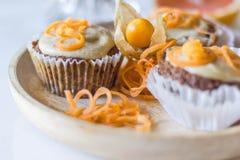 VEGAN+GF CARROT-CAKE松饼 免版税库存照片