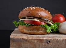 vegan juicy τριζάτο burger μανιταριών κουλούρι, υγιές γεύμα για το μεσημεριανό γεύμα και γεύμα στοκ φωτογραφία