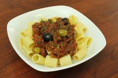 vegan puttanesca плиты макаронных изделия Стоковые Фотографии RF