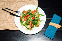 Vegan salad with tomatoes, arugula and pine nuts Royalty Free Stock Photos