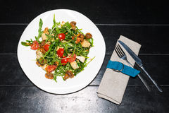 Vegan salad with tomatoes, arugula and pine nuts Stock Images