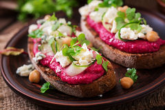 Vegan sandwiches with beetroot hummus, cucumber Royalty Free Stock Images