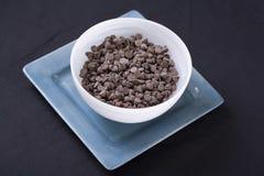 Vegan-Schokolade bricht innen Weiß auf Aqua ab Lizenzfreie Stockfotos
