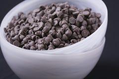 Vegan-Schokolade bricht innen weiße Schüsseln ab Lizenzfreie Stockfotos