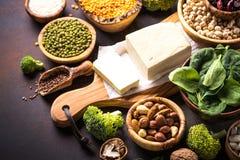 Veganist eiwitbron Bonen, zaden, noten en groenten stock afbeelding