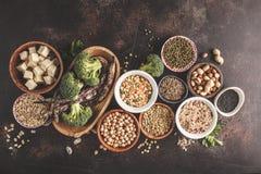Veganist eiwitbron Tofu, bonen, kekers, noten en zaden  stock afbeeldingen