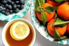 Veganist, ruw ontbijt met groene thee, mandarins en bosbessen Stock Afbeeldingen