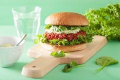 Veganistbiet en quinoa hamburger met avocadovulling stock foto