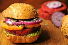 Veganisthamburger met bonen en rode biet op een houten achtergrond Stock Afbeelding