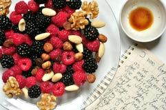 Veganistontbijt met bessen en koffie Stock Foto's