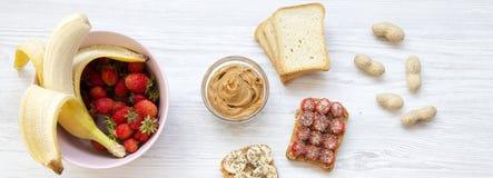 Veganisttoosts met vruchten, zaden, pindakaas Witte houten achtergrond, hoogste mening Van hierboven stock foto's