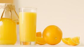 Vegano arancio del succo della bottiglia di vetro pulire i prodotti stock footage