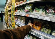 Vegano d'acquisto del cliente maschio alimento vegetariano nel supermakert fotografia stock
