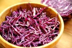Vegano, ensalada alcalina con la col púrpura Imagen de archivo