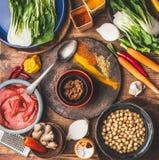 Vegano o vegetariano in buona salute che cucina e concetto di cibo con i ceci, le spezie variopinte, cucinando cucchiaio e gli in fotografia stock