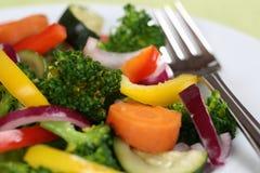 Vegano o vegetariano que come la comida de las verduras en la placa Foto de archivo libre de regalías