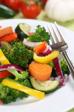 Vegano sano que come la comida de las verduras en la placa Imágenes de archivo libres de regalías