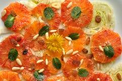 Vegansallad med fennel, apelsinen och maskrosen blommar Arkivbilder