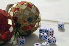 Vegas-Konzept - Würfel- und Discoball Lizenzfreie Stockfotografie
