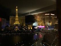 Vegas på natten som ses från Bellagioen Arkivbild